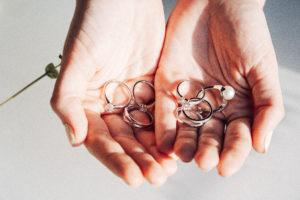 Hände mit Ringen