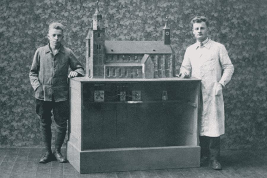 Wilhelm Gutekunst und Schwager Karl Pflanz mit dem Modell der Stiftskirche im Jahr 1925